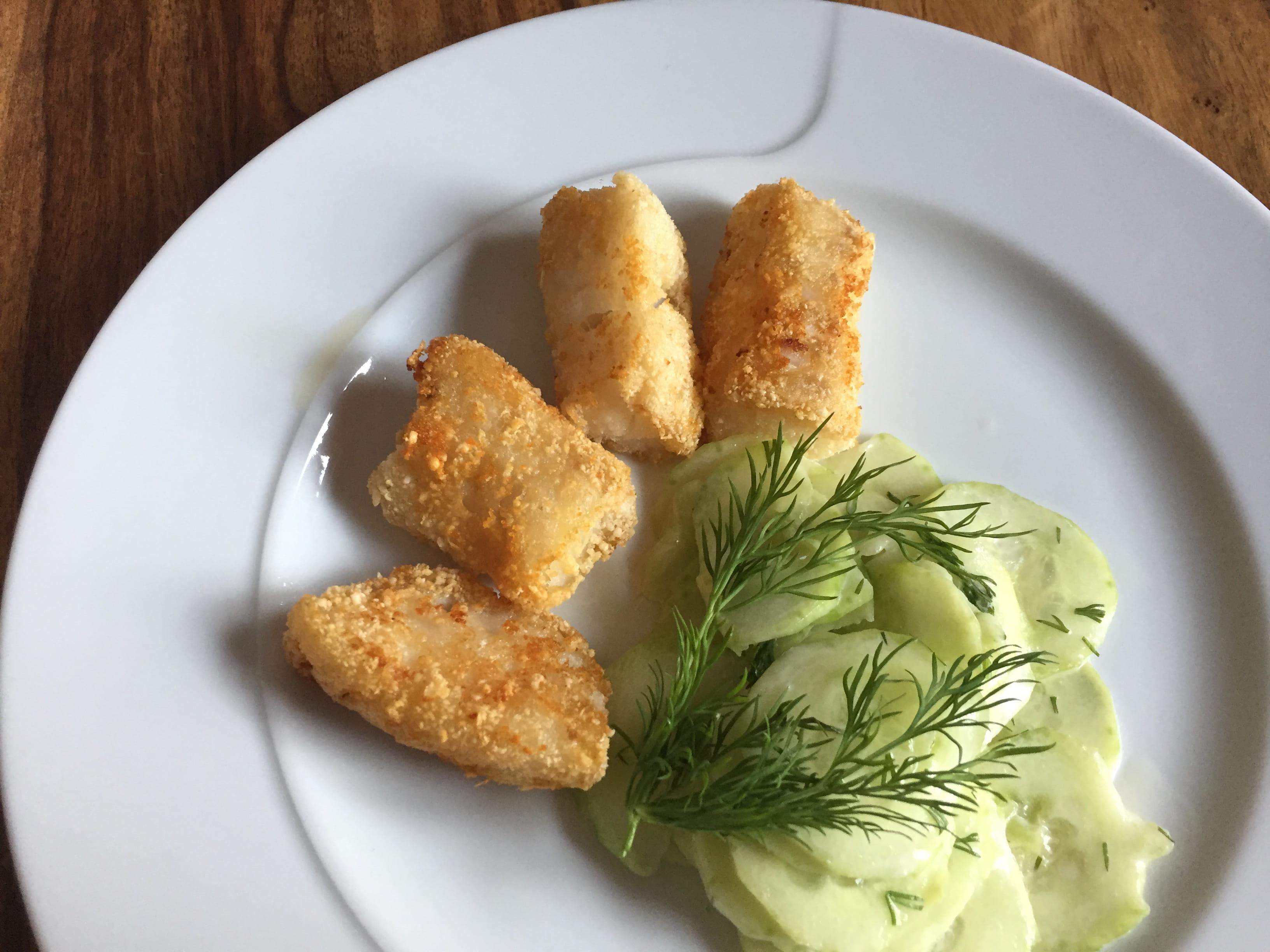 autoimmunhilfe-rezepte-fischstaebchen-mit-gurkensalat