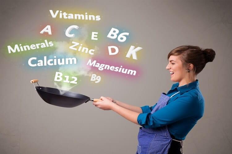 frau kocht vitamine und mineralien