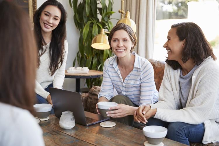 Frauen reden im Cafe
